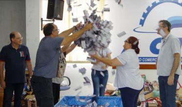 NATAL ENCANTADO: ACIP entrega vale-compras