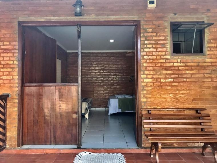 Cada quarto possui 1 cama de casal, 1 de solteiro, Tv, Frigobar, banheiro e wi-fi