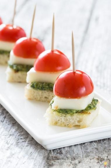 Tomate-cereja, queijo, pedacinhos de pão com molho pesto