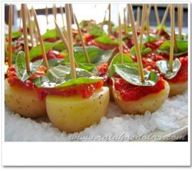 Folhinhas de Manjericão, Tomate Seco e Batata Temperada (ou em conserva)