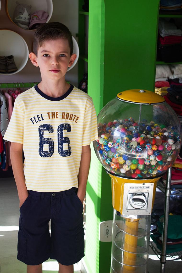 Camiseta com estampa e bermuda com bolso azul marinho
