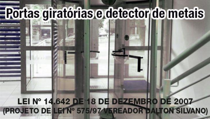 Portas giratórias e detector de metais para acesso ao interior de bancos