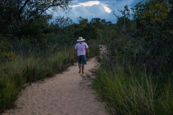 Viajante caminhando em direção as dunas