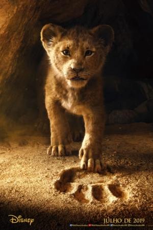 O Rei Leão Simba (Donald Glover) é um jovem leão cujo destino é se tornar o rei da selva. Tudo corre bem, até que uma grande tragédia atinge sua vida mudando sua trajetória para sempre. A sinopse oficial ainda não foi divulgada.