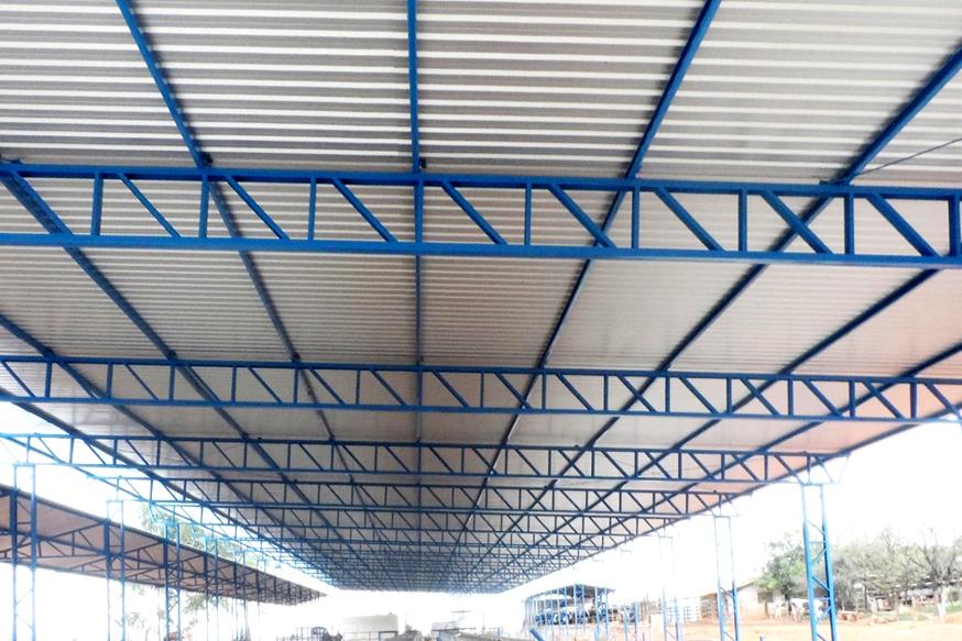 Galpão em estrutura metálica no modelo de varanda e pilar metálico.