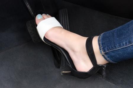 Mulheres: qual o melhor calçado para dirigir?