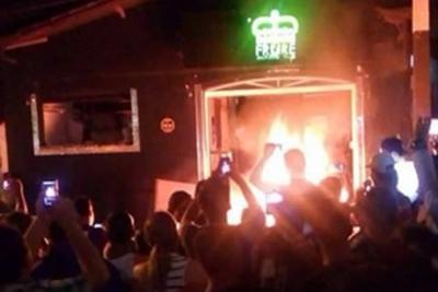 Moradores incendeiam loja ap�s suspeito de morte de jovem ser preso em Extrema (Foto: Reprodu��o)