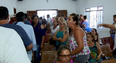 Moradores protestaram durante sess�o da C�mara de Lambari que aprovou benef�cios para prefeito, vice e vereadores (Foto: Reprodu��o / EPTV)