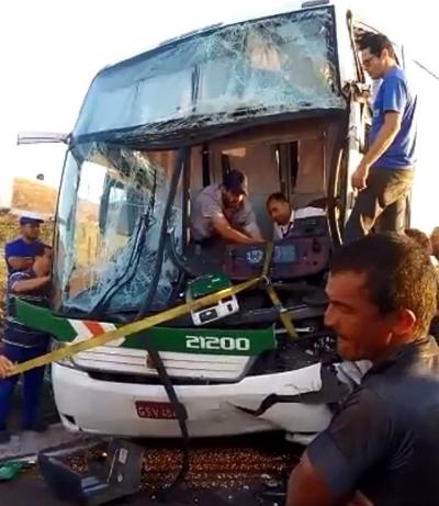 Acidente entre tr�s ve�culos deixa pelo menos 19 feridos na Fern�o Dias