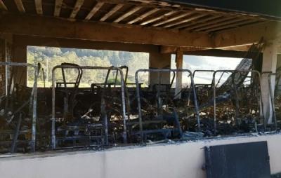 Inc�ndio destruiu 30 carrinhos de R$ 40 mil em Po�os de Caldas (Foto: TV Plan)